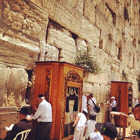 Le Kotel (Mûr des Lamentations) lors de la prière de l'après midi
